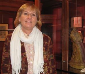 Daria Libinsky, Applegate scholar, visits Ellarslie to see Applegate sculpture.