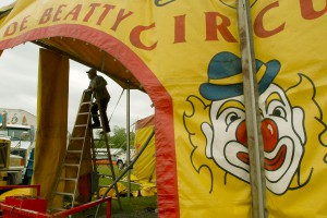 SLIFE22Ac 5/21/03 PHOTO BY JOHN SLAVIN. IN THIS PHOTO: Last week the Clyde Beatty-Cole Bros. circus came to town, Hatboro, Montgomery County that is. Here, on a rainy day last Friday, a worker puts up the entrance to the Big Top. 1/1 (Newsdesk/photo editors note: SLIFE page template was created with SLIFEA photo to run uncropped each week at 56p8.5 x 45 lines, with minimal caption.)